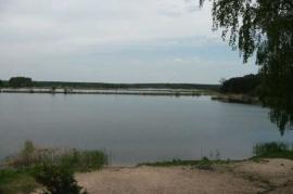 Inwestycyjna działka nad jeziorem, w sąsiedztwie osiedla i lasów
